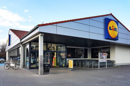 Nowy Sacz, Poland - March 20, 2019: Exterior view of the Lidl Store. Lidl is a large German global discount supermarket chain based in Neckarsulm. 版權商用圖片 - 128136921