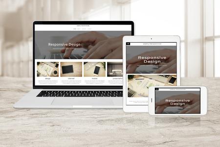 Imagen conceptual de tecnología multidispositivo para diseño web receptivo: computadora portátil, tableta digital y teléfono inteligente en diversas orientaciones en la oficina (página web de muestra).