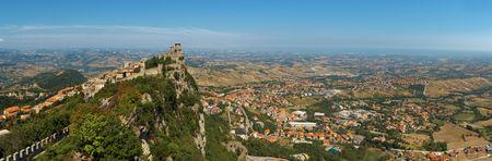 sammarinese: Valle vista dalla montagna di San Marino Archivio Fotografico
