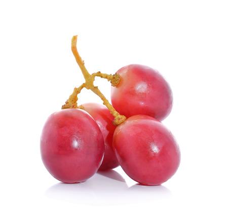 grapes: Las uvas rojas sobre fondo blanco