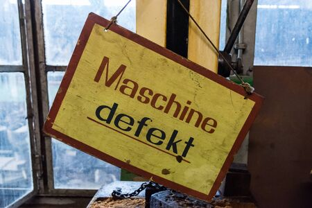 a sign with the German inscription Maschine defekt