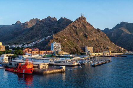 Santa Cruz de Tenerife harbor 版權商用圖片 - 150412967