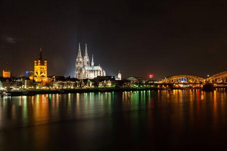 Cologne Cathedral and Hohenzollern Bridge at night 版權商用圖片