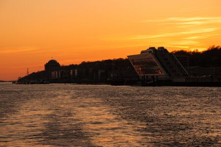 Sunset over the port of Hamburg 版權商用圖片