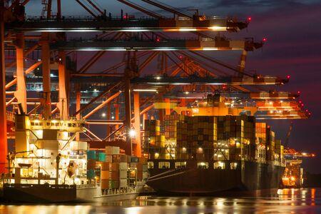 Containerterminals in Hamburg im Sonnenuntergang Standard-Bild