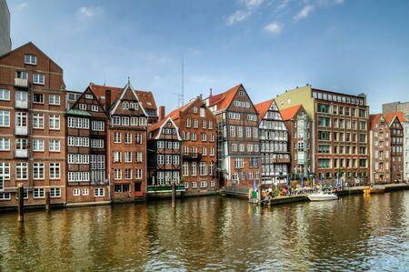 The historic houses on Deichstrasse on Nikolaifleet 版權商用圖片 - 147986112
