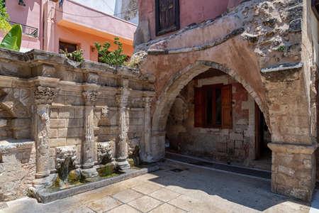 Venetian fountain in Rethymno on the Greek island 版權商用圖片