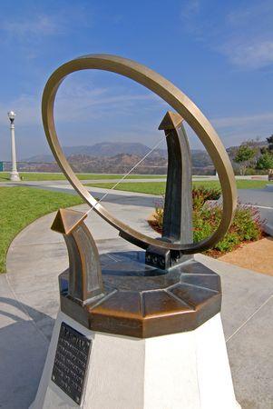 reloj de sol: Sundial en Observatorio Griffith en Los �ngeles  Foto de archivo