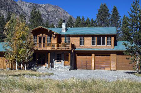 luxury vacation log home in mountain setting  Banco de Imagens