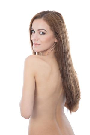 jeune fille adolescente nue: Belle femme de cheveux rouge couvrant ses seins. Isol� sur fond blanc.