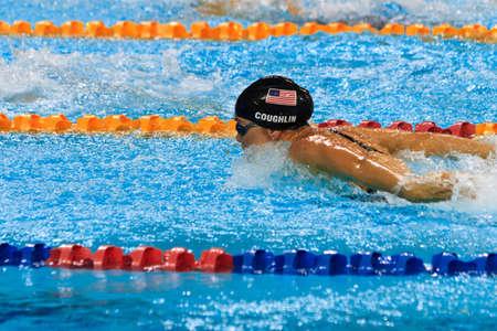 swim: Natalie Coughlin razas en la final de 100 metros mariposa en el 2010 de Copa Mundial de natación en Singapur. 16102010  Editorial