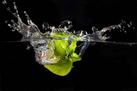 fruta tropical: El fruto de un estrella fugaz que se hunde en el agua, creando una gran bienvenida Foto de archivo