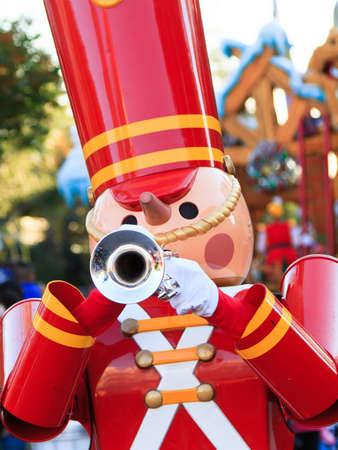 A Toy Soldier an der Trompete in der Feier der Feiertage zum Jahresende