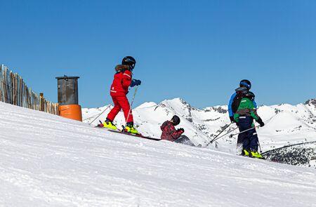 YRENEES, ANDORRE - 15 FÉVRIER 2019 : Les skieurs au début de la descente commencent à se déplacer par une journée d'hiver glaciale.