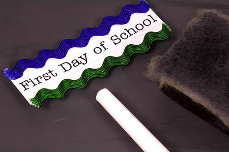 Foto van een schoolbord met krijt en Eraser. Terug naar school-concept. Zie Portofolio Voor Soortgelijke Concepts. Stockfoto - 229145