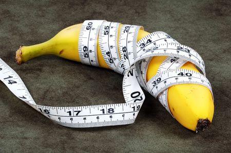それを包んだ巻尺とバナナ。 写真素材