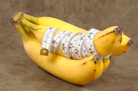 それダイエット コンセプト - 含まれるクリッピングパスを包んだ巻尺とバナナ