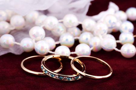 wedding bands: Fotos de boda Bandas y Perlas Foto de archivo
