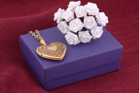 medaglione: Cuore Locket con i fiori del tessuto e della scatola