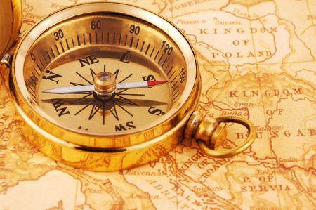 Foto van een kompas op een Kaart