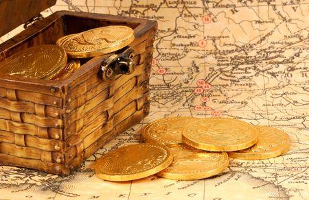 Cofre del tesoro con monedas de oro en un mapa  Foto de archivo - 297611