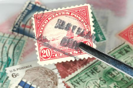 pinzas: Stamp est� en manos de pinzas - filatelia concepto  Foto de archivo
