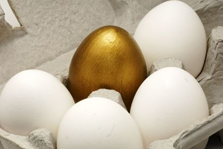 gold egg: Fotografia di un Gold Egg Egg in un cartone  Archivio Fotografico