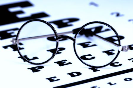 Eyeglasses on a Eyechart Фото со стока - 395302