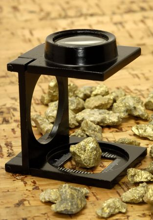 Loupe and Gold Nuggets Stockfoto