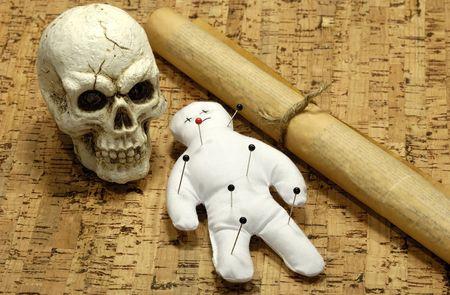 Muñeca de Voodoo, cráneo y voluta - concepto de Voodoo Foto de archivo - 516072