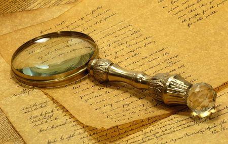 古い羊皮紙の上にヴィンテージ真鍮虫眼鏡