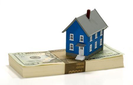 equidad: Miniature casa en la cima de efectivo - concepto equidad de la vivienda