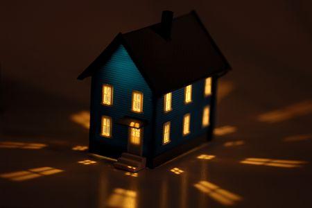 Foto de una casa en miniatura con iluminación interior  Foto de archivo - 531869