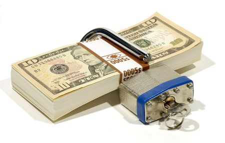 dinero falso: Apilado de dinero con una cerradura y una llave - concepto de la seguridad financiera Foto de archivo