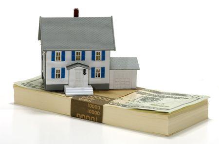 Foto de una casa en miniatura sobre Principio de dinero - Inmobiliaria Concepto  Foto de archivo - 564737