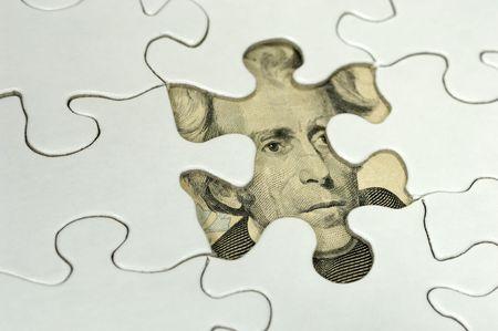 missing piece: Foto de un rompecabezas Con una pieza de Desaparecidos y dinero Debajo - Puzzle Financiero Concepto