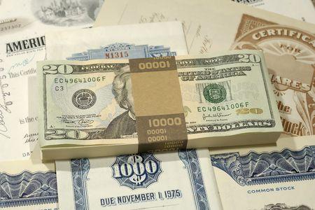 Foto del dinero encima de los certificados comunes - inversión de concepto Foto de archivo - 564559