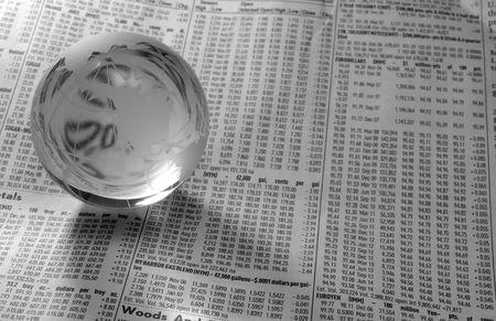 Foto de un globo de vidrio en un periódico financiero - Blanco y Negro  Foto de archivo - 588604