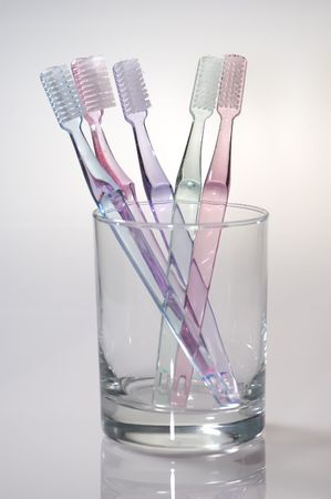 Foto van diverse Tandenborstels in een glas - mondhygiëne Stockfoto - 608718