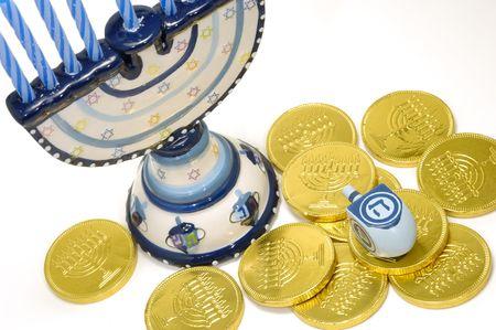 Foto van een Menorah, Dreidel en Gelt - Chanoeka Betrokken Objects Stockfoto - 694610