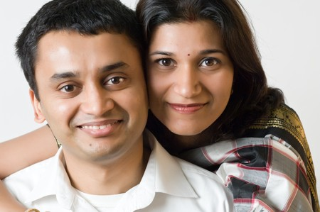 parejas jovenes: Feliz etnia india joven posando. Foto de archivo