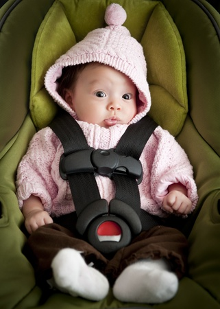 enfant banc: Baby girl in car seat Banque d'images