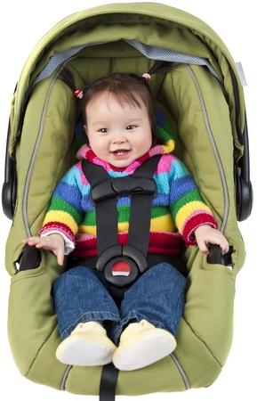 Babymeisje in car seat geïsoleerd op wit Stockfoto