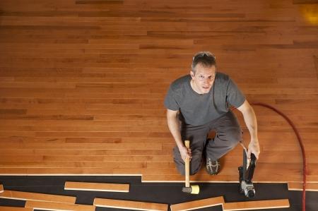 마룻 바닥의 널빤지를 설치하는 사람 (남자) 스톡 콘텐츠