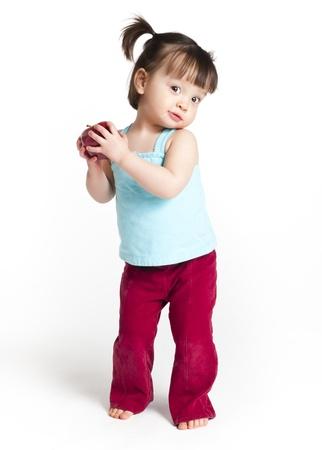 18 Monate altes Kleinkind hält einen Apfel
