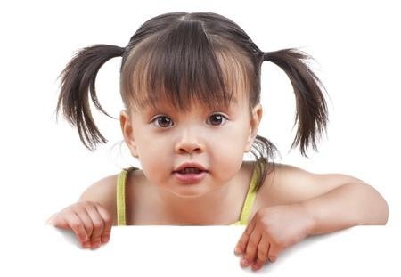 흰색 배너 카메라를 찾고있는 어린 소녀