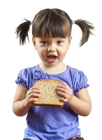 Junge Kind über den Sandwich zu essen. Bild isoliert auf weißem Hintergrund. Lizenzfreie Bilder