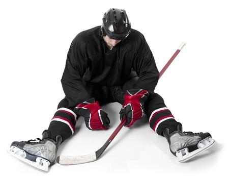 decepci�n: Hockey sobre hielo jugador que se sienta en el hielo con la decepci�n