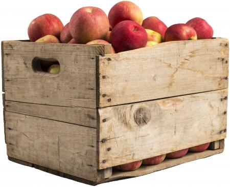 kist vol met appels op een witte achtergrond