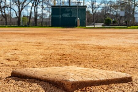 在一个青年联盟棒球菱形上面向本垒的二垒的低角度特写。
